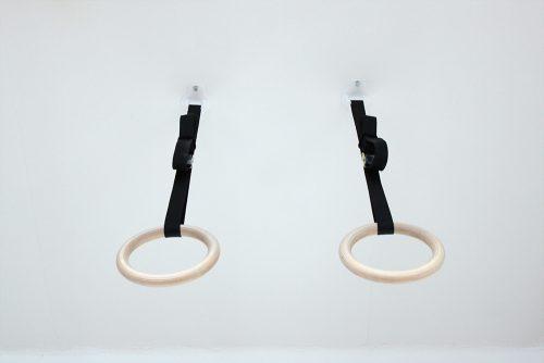 Drevené gymnastické kruhy primontované na strope