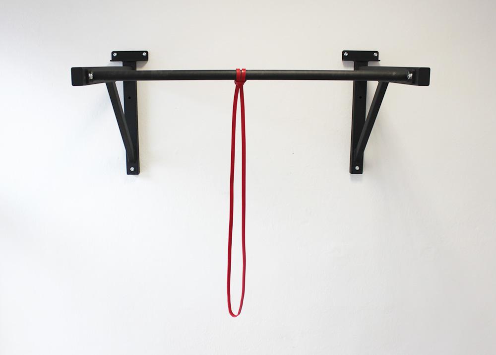Červená guma na cvičenie a jej uchytenie na hrazdu