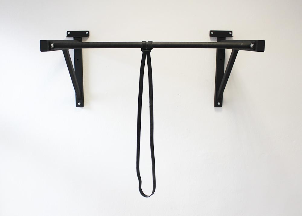 Čierna guma na cvičenie a jej uchytenie na hrazdu