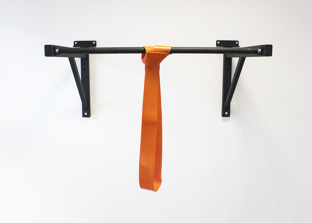 Oranžová guma na cvičenie a jej uchytenie na hrazdu
