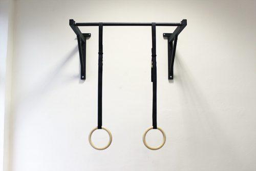 Drevené gymnastické kruhy zavesené na hrazde