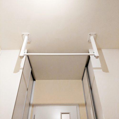 Biela hrazda upevnená do stropu